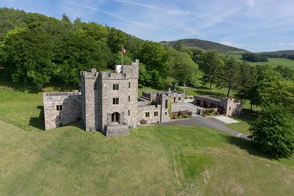 Британский замок согнедышащим драконом выставили напродажу