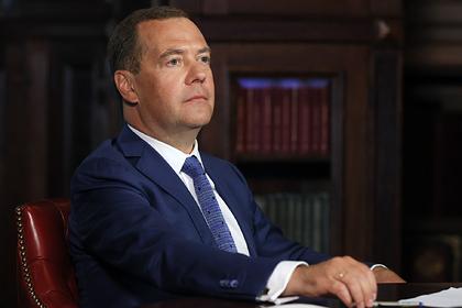 Медведев попросил негнаться заквадратными метрами