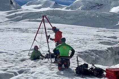 Россиянка вшортах упала врасщелину наледнике идва дня дожидалась спасателей