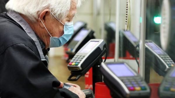 Эксперт рассказал об опасностях хранения пенсий на банковских картах