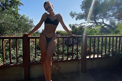 Жена Бибера поделилась фотографией вбикини ивосхитила фанатов своей фигурой
