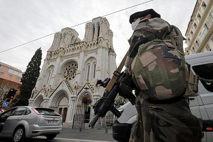 Макрон приказал вывести войска наулицы Франции