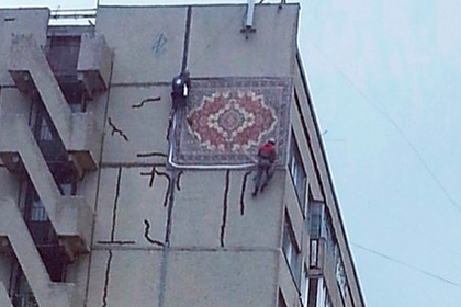 Российскую многоэтажку решили залатать ковром