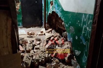В российском городе стена подъезда обрушилась из-за душевой кабины